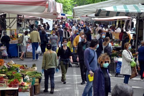 Gente accalcata ai mercati aperti a Milano in pieno coronavirus 2