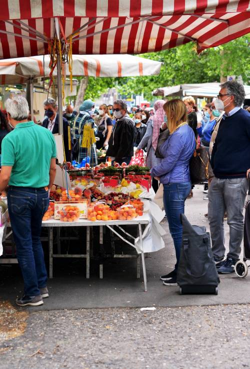 Gente accalcata ai mercati aperti a Milano in pieno coronavirus 3