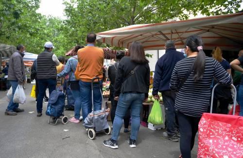 Gente accalcata ai mercati aperti a Milano in pieno coronavirus 4