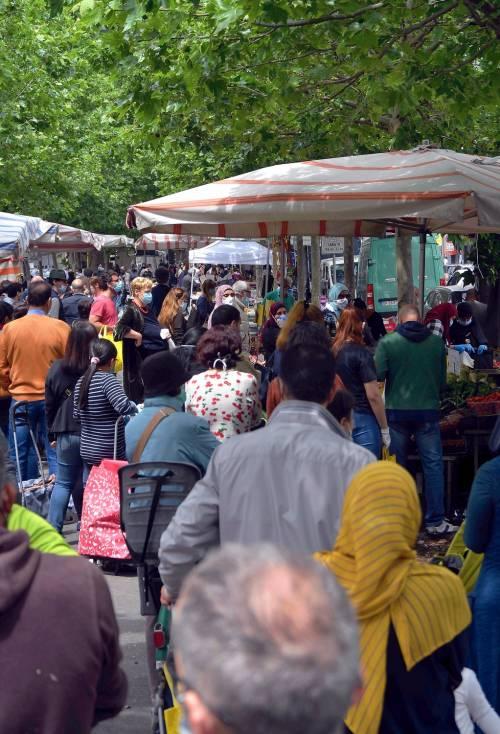 Gente accalcata ai mercati aperti a Milano in pieno coronavirus 5