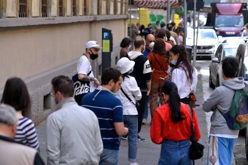 Gente accalcata ai mercati aperti a Milano in pieno coronavirus 6