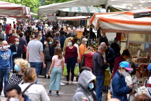 Gente accalcata ai mercati aperti a Milano in pieno coronavirus 7