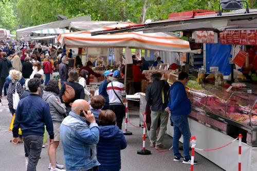 Gente accalcata ai mercati aperti a Milano in pieno coronavirus 8