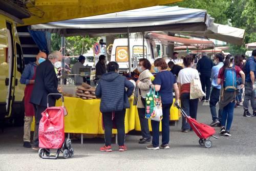 Gente accalcata ai mercati aperti a Milano in pieno coronavirus 9