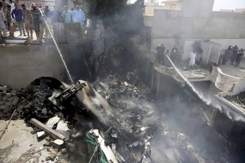 Pakistan, aereo civile si schianta in zona residenziale