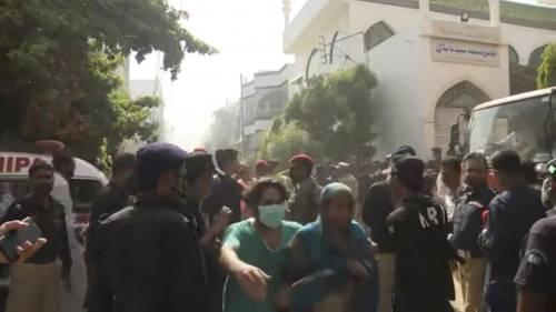 Pakistan, aereo civile si schianta in zona residenziale  3