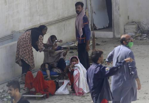 Pakistan, aereo civile si schianta in zona residenziale  1