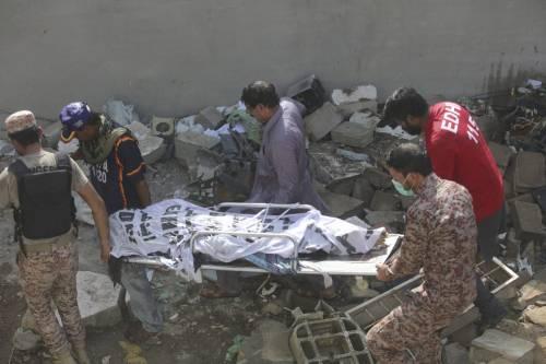 Pakistan, aereo civile si schianta in zona residenziale  2