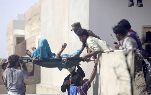 Pakistan, aereo civile si schianta in zona residenziale  4