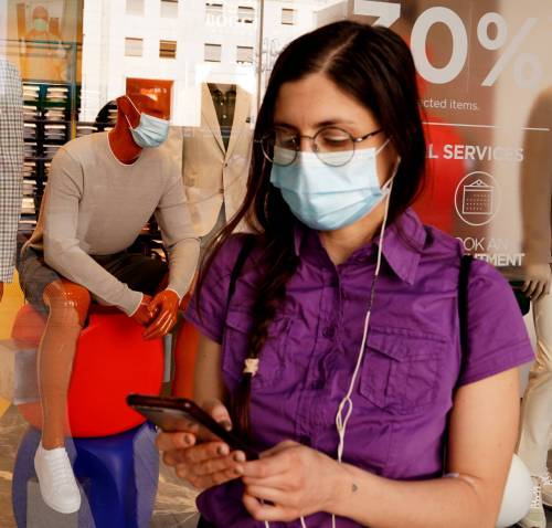 L'allarme dei dottori: la mascherine adesso possono fare danni