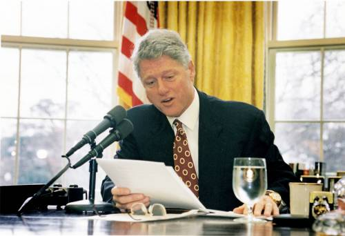 """Così inchiodano Clinton: """"C'era pure lui nella villa delle orge di Epstein"""""""