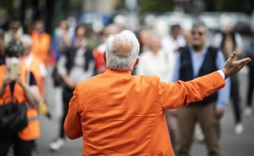 """Pure i gilet arancioni in piazza """"La pandemia è solo"""