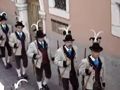 Lo sfregio al 2 giugno in Alto Adige: gli Schutzen spostano