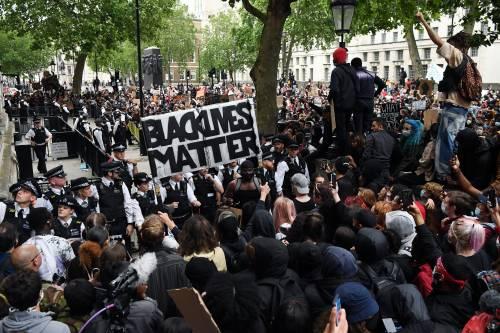 """La rivolta ora colpisce la storia: """"Abbattiamo le statue razziste"""""""