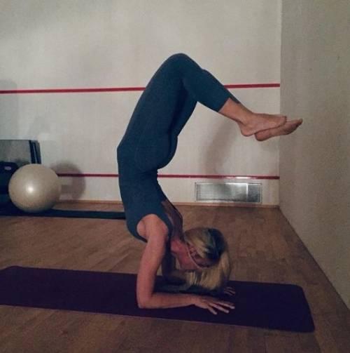 """Ilary Blasi pazza per lo yoga. Totti la provoca: """"Ti ritrovo così?"""""""