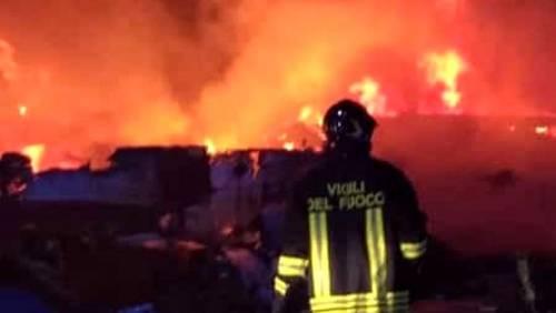 Lampedusa, esplode la rabbia: incendiati i barconi dei migra