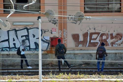 I migranti di accampano sui binari della ferrovia a Ventimiglia 3