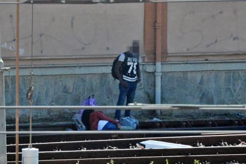 I migranti di accampano sui binari della ferrovia a Ventimiglia 4