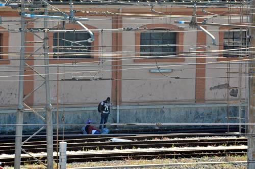 I migranti di accampano sui binari della ferrovia a Ventimiglia 5