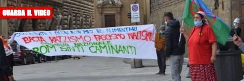 """""""Adesso vogliamo i soldi"""": in piazza la rivolta dei rom"""