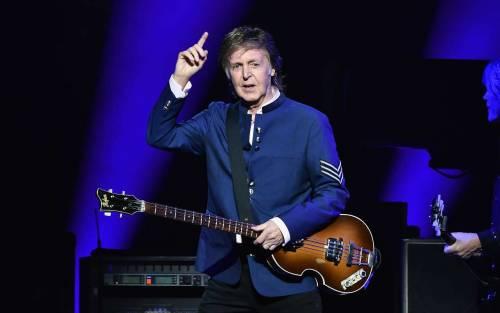 """Concerti saltati, voucher anziché il rimborso. Paul McCartney attacca l'Italia: """"Scandaloso"""""""