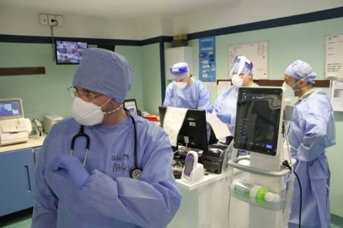 Coronavirus, calano ancora i malati in Italia