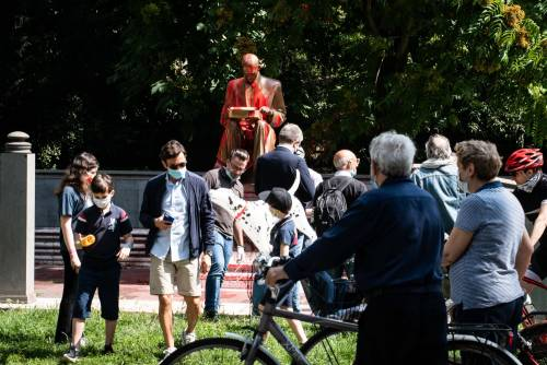 Le immagini dello sfregio alla statua di Montanelli 3