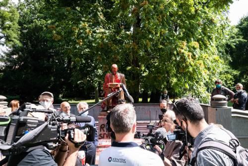 Le immagini dello sfregio alla statua di Montanelli 5