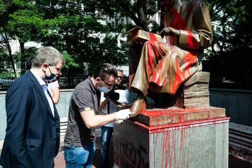 Le immagini dello sfregio alla statua di Montanelli 7