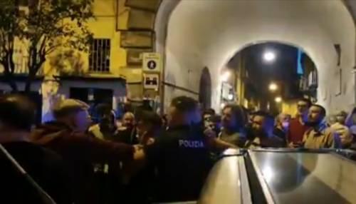 La violenza dei centri sociali: polizia accerchiata e insultata
