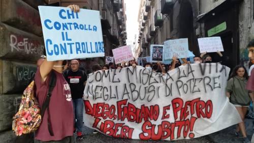 Gli anarchici non si arrendono: cori e lanci di bottiglia contro la polizia