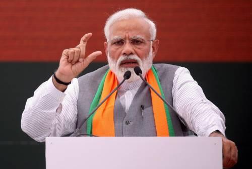 """Il premier indiano Modi: """"Lo yoga è  uno scudo immunitario contro il Covid"""""""