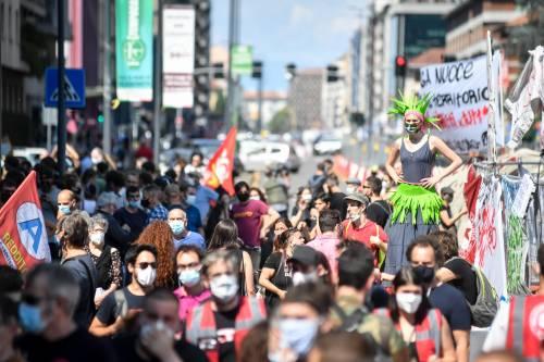 """L'odio dei centri sociali in piazza: """"Fontana e Gallera hanno le mani sporche di sangue"""""""