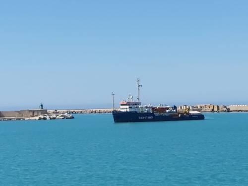 """Sea Watch ci scarica 211 migranti. La Lega: """"La magistratura indaghi"""""""