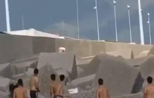 Sesso sulla spiaggia libera: ragazzi prendono a sassate la coppia