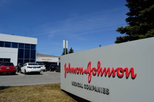 Johnson & Johnson si piega alle proteste razziali e ritira dal mercato i prodotti sbiancanti