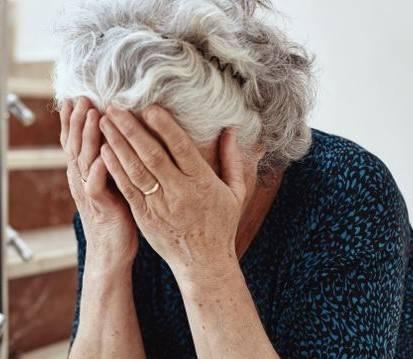 """""""Si lasciano morire di fame"""". Rsa, è allarme anziani soli"""