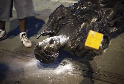 Black Lives Matter rovescia la statua del colonnello che si batté contro la schiavitù
