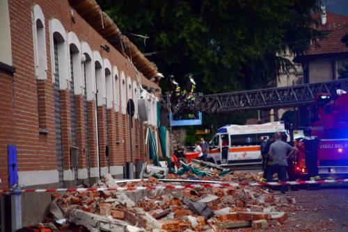 Crolla un tetto per strada: muoiono la madre e due figli