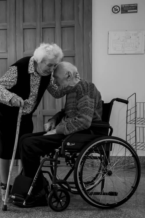 """L'abbraccio dei centenari separati dal coronavirus: """"Non ci lasceremo più"""""""