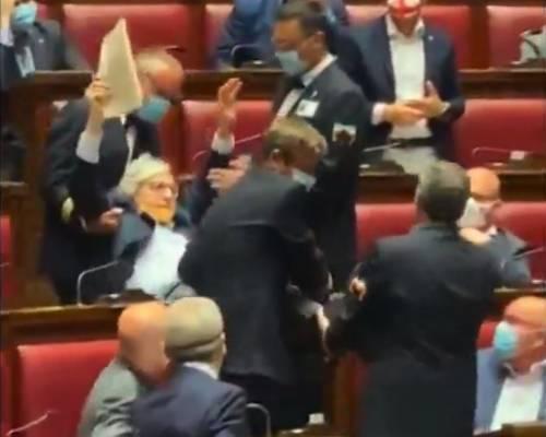 Sgarbi insulta magistrati e deputate: portato via di peso dall'Aula