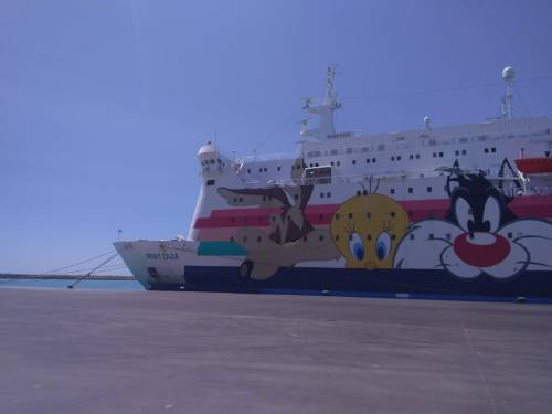 Una rivolta sulla nave-focolaio. E i migranti scendono a terra