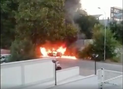 L'auto in fiamme in via Rivani a Bologna: potrebbe essere quella dei banditi