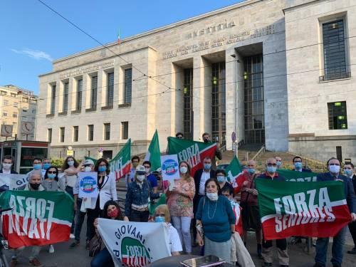 Flash mob di Forza Italia per solidarietà a Berlusconi