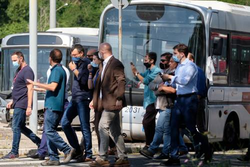 Il blitz di Salvini nella rimessa Atac presa di mira dai nomadi