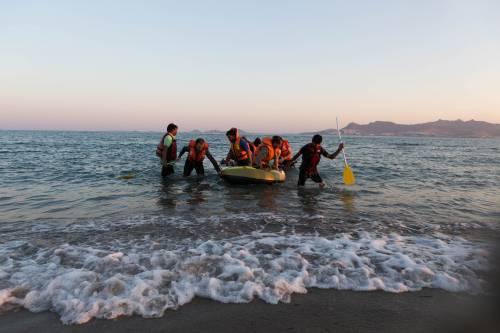 Evasione dal centro migranti: scappano in 47, agente ferito