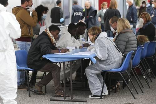 """""""Respingere migranti è illegale"""". Bruxelles ora spalanca le porte"""