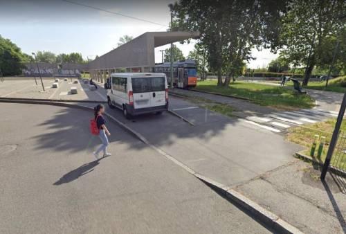 Aggredisce il conducente e prende il controllo del tram