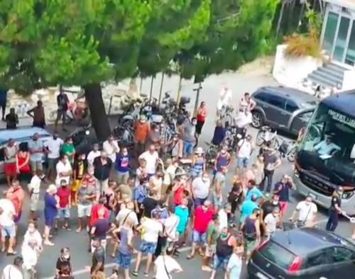 Amantea, cittadini protestano contro l'arrivo di immigrati positivi 2