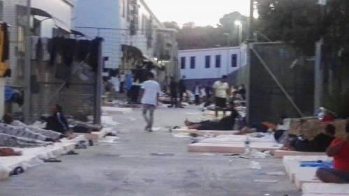 Lampedusa, migranti ammassati e senza mascherine 2